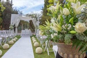 Mariage intime dans un jardin dans le sud